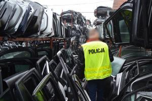 policjanci zabezpieczają kradzione części