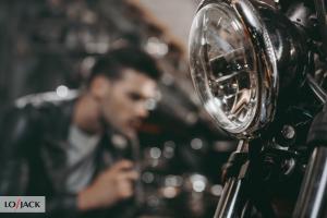 Motocyklista w garażu