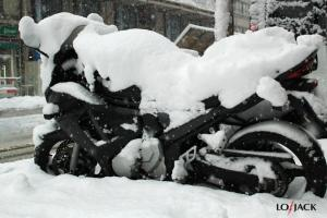 Motocykl pod śniegiem